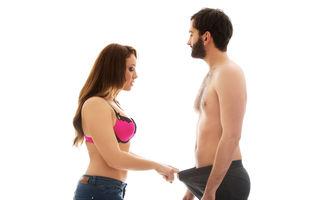 femeie pozează pentru penis mic